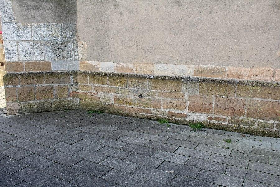 Répère de nivellement sur un des murs de l'église Notre-Dame-de-l'Assomption de Bâgé-le-Châtel.