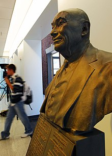 Reynolds Statue, Reynolds Journalism Institute.jpg