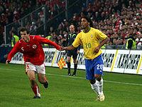 Ronaldinho jugando un partido amistoso ante la selección de Suiza.