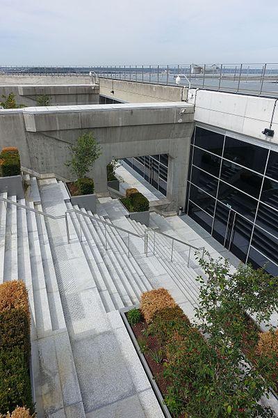File:Rooftop observatory @ Grande Arche @ La Défense @ Paris (35144094396).jpg