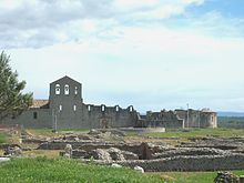 The Parco Archeologico of Venosa, with the walls of the Incompiuta (centre, right) and part of the old church (left, with pink roof); in the foreground, the remains of Roman Venusia