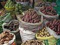 Sacs de tubercules au marché.JPG