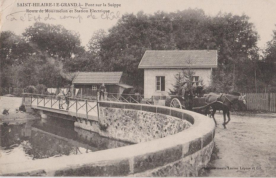 Le pont sur la Suippe à Saint-Hilaire-le-Grand, avec la route de Marmelon et Station Electrique