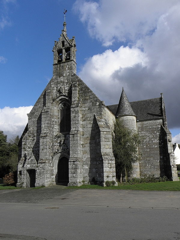 https://upload.wikimedia.org/wikipedia/commons/thumb/d/d2/Saint-Servais_%2822%29_%C3%89glise_01.JPG/599px-Saint-Servais_%2822%29_%C3%89glise_01.JPG
