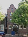 foto van Wijnpakhuis met twee klokgevels, voorzien van tussendekplaten