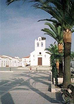 Silvestre de Guzmán, der Plaza de España mit Kirche Nuestra Señora del Rosario.jpg