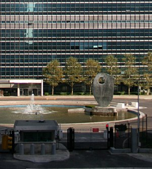 Single Form - Hepworth's sculpture in the pool in front of the 39-storey United Nations Secretariat Building in New York