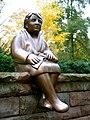 Sitzende Frau aus der Gruppe TRAUERNDE, 2004 von Ulrike Enders, von einer Witwe gestiftet für den Stadtfriedhof Ricklingen, Hannover.jpg