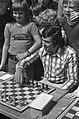 Sjaak Swart doet eerste zet in simultaanschaakwedstrijd RAI, Bestanddeelnr 926-5938.jpg