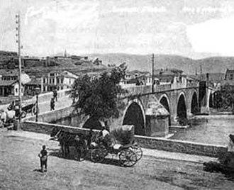 Stone Bridge (Skopje) - Image: Skopje old tykish bridge on Vardar river in 1909