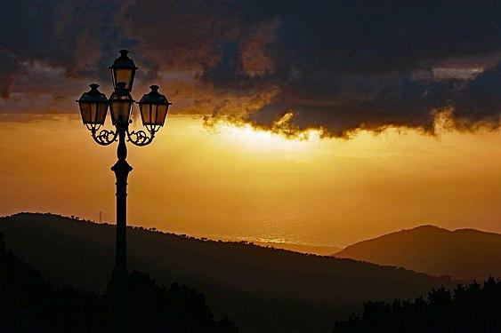 Sonnenuntergang mit Laterne und dunklen Wolken, Blick vom Santuario di Gibilmanna, Sicilia, Italy, April 29th, 2019.jpg
