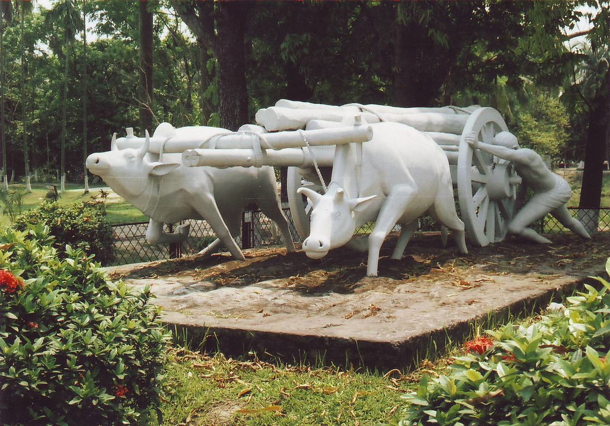 The struggle sculpture at Sonargaon Folklore Museum.JPG