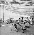 Toeristen op een terras aan de Dode Zee in Lots Wife Inn., Bestanddeelnr 255-2704.jpg