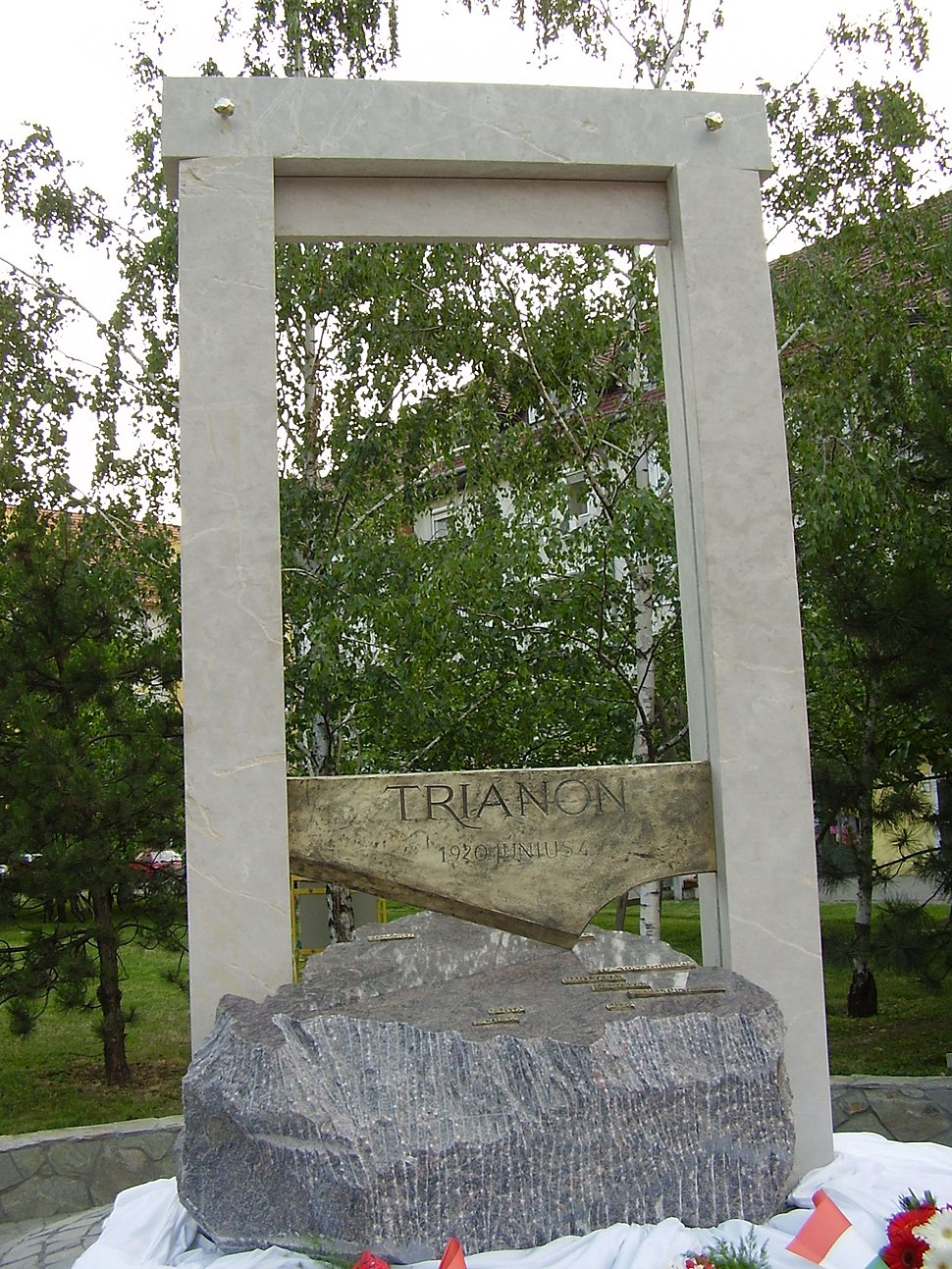 Trianon Statue Bekescsaba big