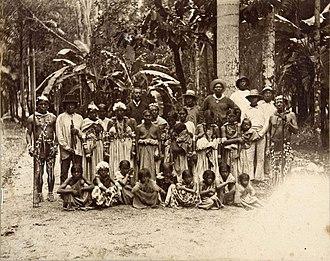 Garden of Palms - Image: Tropenmuseum Royal Tropical Institute Objectnumber 60012332 Portret van een groep feestelijk uitg
