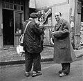 Twee rokende mannen in gesprek, op straat voor het café, Bestanddeelnr 252-9492.jpg