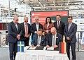 Unterzeichnung des Partnerlandvertrags 2019 mit Schweden durch Fredrik Fexe und Marc Siemering auf der Hannover Messe 2018 07.jpg