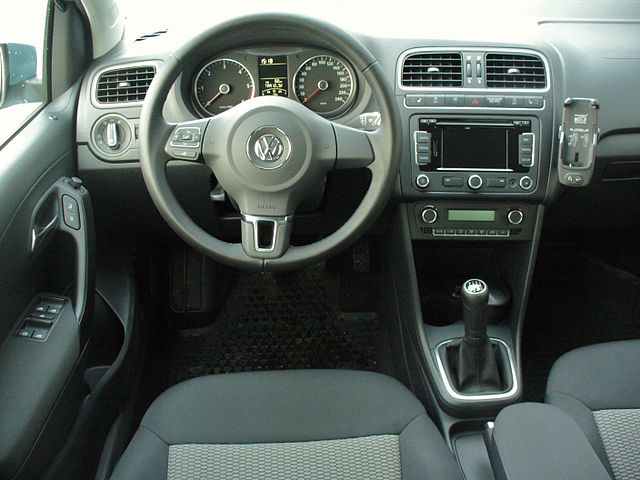 file vw polo v 1 2 tdi bluemotion glacierblau interieur jpg wikimedia commons. Black Bedroom Furniture Sets. Home Design Ideas