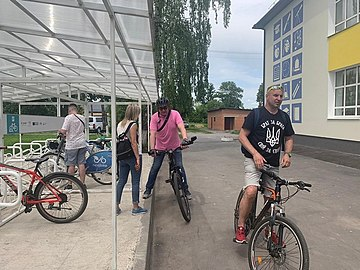 Vladyslav Skalskyi rides bicycle with journalists 7.jpg