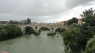 Il Ponte romano, ricostruito, sul fiume Volturno.