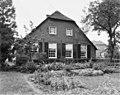 Voorgevel van rietgedekte boerderij, vensters met roedenverdeling en luiken, tuin op de voorgrond - Soest - 20404043 - RCE.jpg