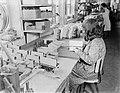 Vrouw bezig met het monteren van de spoelen, Bestanddeelnr 252-0469.jpg