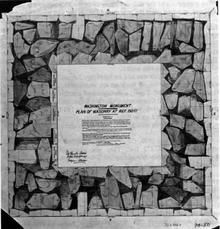Montrant environ 85 grosses pierres irrégulières dans le mortier entre puits de puits vide et placage de marbre extérieur
