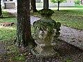 Wien-Liesing - barocke Vase vor dem Maria-Theresienschlössl I.jpg