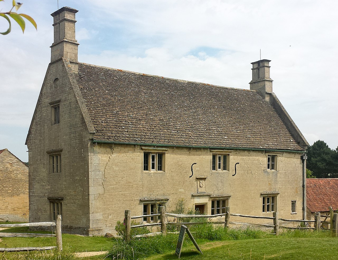 Woolsthorpe Manor - west facade.jpg