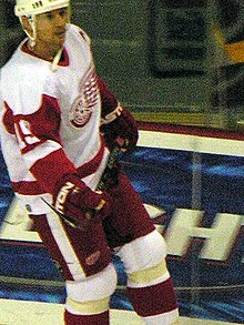 Photo de Steve Yzerman portant la tenue des Red WIngs.