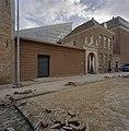 Zicht op de nieuwbouw gezien vanaf het Hofplein, met de oude Brouwerijpoort van de Drie Tonnekens, dient nu als de nieuwe ingang van het Zeeuws Archief - Middelburg - 20374658 - RCE.jpg