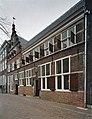 Zicht op voorgevel en boven het poortje een gevelsteen met de tekst V.O.C.D. - Delft - 20389929 - RCE.jpg