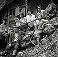 """Člani etnografske ekipe pred partizansko tiskarno Slovenijo """"u studencu"""", Vojsko 1959 (2).jpg"""