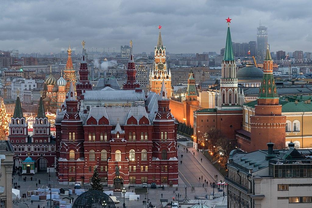 La façade côté place du Manège du musée historique d'État, près du Kremlin (tour Saint-Nicolas et tour d'angle de l'Arsenal à droite, tour Spasskaïa en arrière-plan), à Moscou.  (définition réelle 5320×3547)