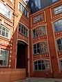 Жилой дом для служащих фабрики Большевик с магазином. Фрагмент фасада со стороны входа.jpg
