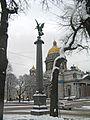 Колонны со статуями Славы01.jpg