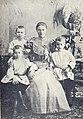 Максім Багдановіч (сядзіць злева) з цёткай і братамі.jpg