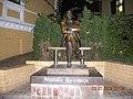 Памятник Булгакову біля його родинного будинку.jpg