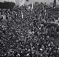 """ביום החלטת האו""""ם על מדינה עברית - הפגנת שמחה של המונים בחצר המוסדות הלאומיים בירושלים-JNF018947.jpeg"""