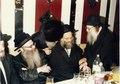 הרב מרדכי מן מחזיק את ידיו של הרב שלמה שטנצל.pdf
