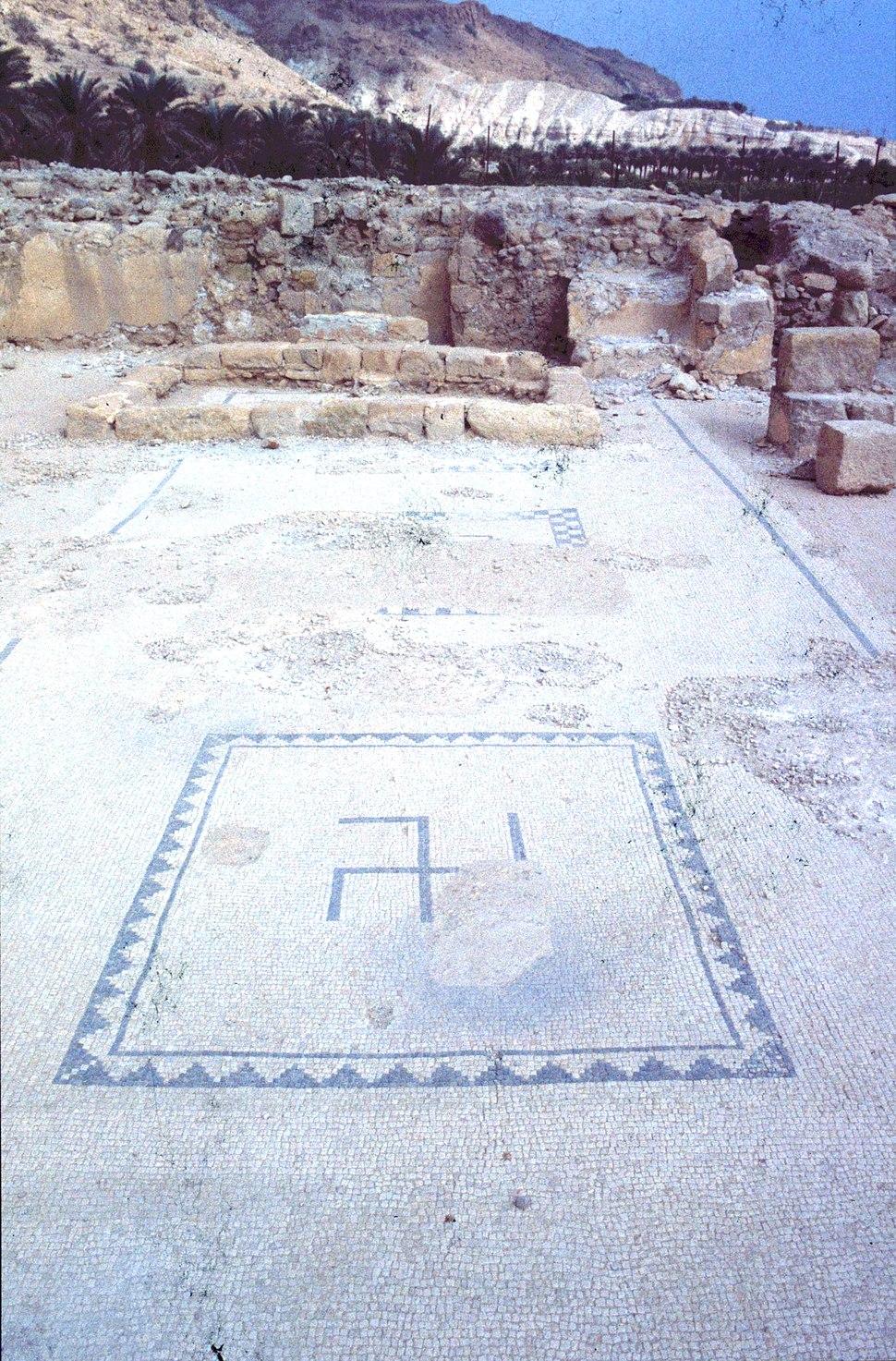 צלב קרס בפסיפס מהשלב הראשון של בית הכנסת