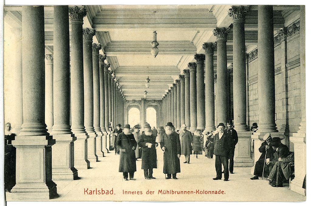 Estampas y Costumbres 1024px-13315-Karlsbad-1911-Inneres_der_M%C3%BChlbrunnen_-_Kolonnade-Br%C3%BCck_%26_Sohn_Kunstverlag