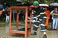 2003년 9월 5일 서울특별시 소방공무원 서영수 망치 파괴 시범.jpg