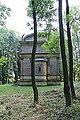 50.Hrobka Daubků pohled z dálky na západní stěnu s apsidou kaple v zeleni (2).JPG
