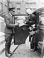 Actrice en fotomodel Cissy van Bennekom met pakjes, stapt uit auto met chauffeur, Bestanddeelnr 252-0485.jpg
