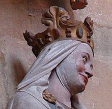 tête d'une statue coloriée de femme portant une couronne