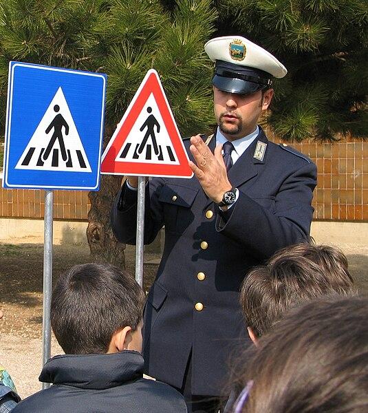 File:Agente Polizia Municipale educazione stradale.jpg
