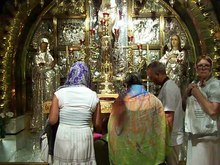 فائل:Altar of the Crucifixion in The Church of The Holy Sepulchre.ogv