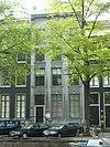 foto van Pand met hardstenen gevel onder rijk gebeeldhouwde lijst en attiek, met deur- en vensteromlijstingen