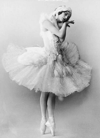 Anna Pavlova in the Fokine/Saint-Saens The Dying Swan, Saint Petersburg, 1905 Anna Pavlova as the Dying Swan.jpg